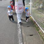 ひよこ・りす組も近くの広場まで散歩に行きました。