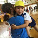 頑張った子どもたちに担任からプレゼントをもらいました。達成感を感じることができた運動会でした。