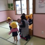 防災頭巾を被っています。乳児クラスのお友だちも少しずつ避難訓練の流れが身についてきています。