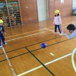 1年生の好きな遊びを教えてもらい、一緒に遊びました。ボール転がしでは、名前を呼び合いながら楽しんでいました。