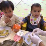 ひよこ組のお友だちもおやつに食べました。たくさんおかわりをして食べていました。