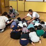 地震が発生したとの放送を聞き幼児クラスのお友だちは、保育教諭のそばに集まりすぐにダンゴ虫のポーズをとっていました。