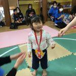 メダルをもらって嬉しそうです。