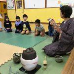 茶道で使う道具をひとつひとつ教えていただきました。茶筅や茶巾など似た名前のものがたくさんあり子どもたちは驚いていました。