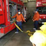 消防車は、ホースをつなぐところや消防車に積んでいるものを見せてもらったり、説明をしてもらったりしました。