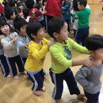 その後は、「赤鼻のトナカイ」の曲に合わせてダンスをしました。