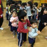 手拍子をしたり、歩いたり、楽しんで踊っていました。