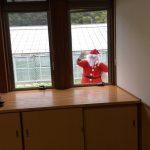 ダンスが終わると、ホールの窓から、サンタさんが覗いていました。みんな大興奮でした。
