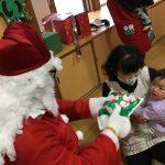 子どもたち、ひとりひとりにプレゼントを渡してくれました。