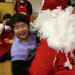 サンタさんに、飛びつくほど大喜びでした。