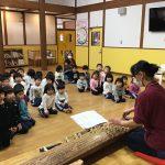初めて見る大きな琴に興味深々の子どもたちでした。きれいな音色に聞き入っていました。