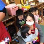 先生に隠れたり、抱っこをしてもらったり大泣きでした。