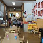 子どもたちは、素早く職員の近くに集まりました。