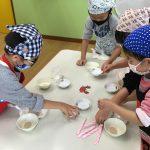 小麦粉やドライイースト、塩などを相談しながらわけました。