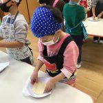 発酵したパン生地をピザの大きさに広げました。