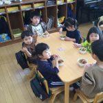 幼児クラスのお兄さん、お姉さんになれると憧れの気持ちが大きく、給食もたくさん食べていました。