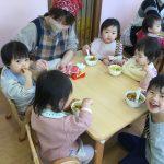 きりん組のお兄さん、お姉さんも一緒に食べ、嬉しそうでした。