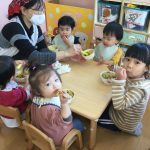 ひとつ大きいクラスで給食を食べました。