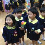 卒園式後は、保護者の方と子どもたちから手作りの花束を頂きました。