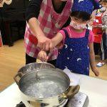 次は、お団子を茹でました。保育教諭と一緒に丁寧にお鍋に入れることができました。