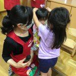 ひよこ組のお友だちも、きりん組のお姉さんにカードをかけてもらいました。
