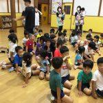 保育教諭の指示を聞き、みんなホールに集まりました。