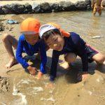 砂浜に穴を掘ったり、海水の流れを楽しんだり思い思いに楽しんでいました。