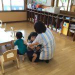 地震が発生したと放送を聞き、保育教諭のそばに集まりました。