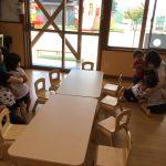 地震が発生したと放送を聞き、保育教諭のそばに急いで集まりました。